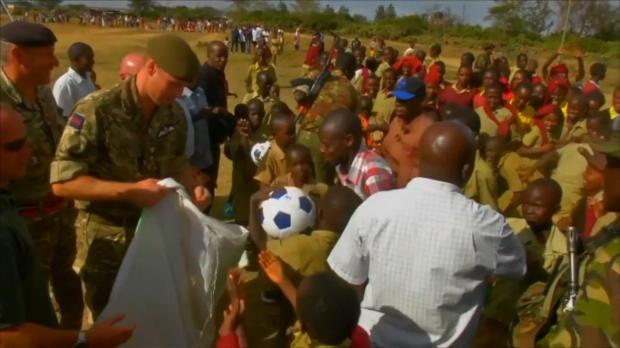 Kenia-Besuch: Prinz William zeigt Fußballkünste