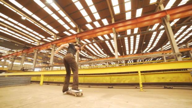 Skateboard: Vier Pros rocken Windturbinenfabrik