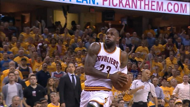 Basket : NBA - L'action qui tue - Le dunk renversant de LeBron James