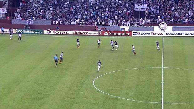 Le défenseur de Lanus, Diego Braghieri a démontré ses talents de vitesse et de dribble à domicile en Copa Sudamericana, contre Cerro Porteño (1-1). L'Argentin de 27 ans récupère le ballon en milieu de terrain et passe tous ses adversaires avant de battre le gardien d'un lob.
