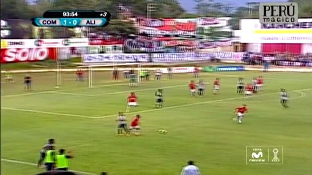 C'est une scène incroyable qui s'est déroulé à l'issue du match de Première Division Péruvienne entre l'Union Comercio et Alianza Lima. Après s'etre vu refusé un but à la dernière minute, les joueurs visiteurs s'en sont pris à l'arbitre et à ses assistants. Les forces de l'ordre ont du intervenir pour éviter tout débordement.