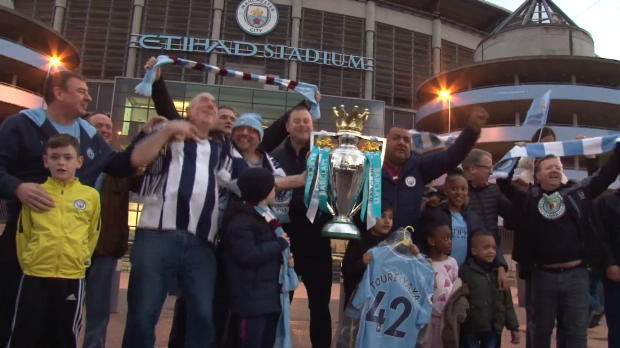 WestBrom-Fan feiert Titel mit City-Anhängern