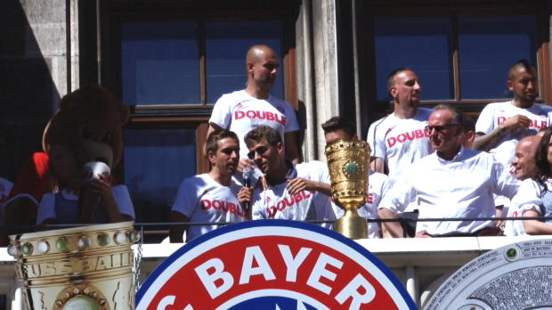 So ausgelassen feiern die Bayern das Double