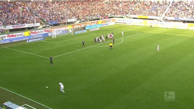 Moritz Stoppelkamp d a marqué à plus de mètres du but adverse pour Paderborn lors de la victoire de son équipe (2-0) en Bundesliga à domicile contre Hanovre. La réalisation du milieu de terrain de 27 ans est survenue à la 94e minute sur un corner d'Hanovre, alors que le gardien de but adverse avait quitté ses cages pour tenter d'aider l'équipe à arracher le point du nul, lors de l'ultime action de la rencontre.