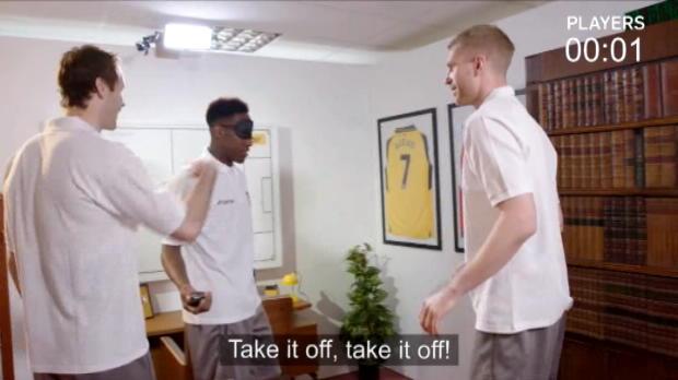 """لقطة: كرة قدم: لاعبو أرسنال يواجهون الأساطير في تحدي """"غرفة"""" الهروب"""
