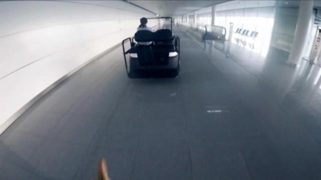 لقطة: رياضات متطرّفة: مغامر يخطف الأضواء في مطار ميونيخ