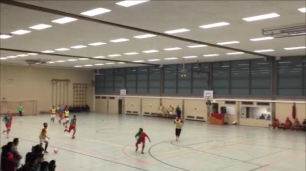 Hallenfußball: Kurios! In den Korb und dann...