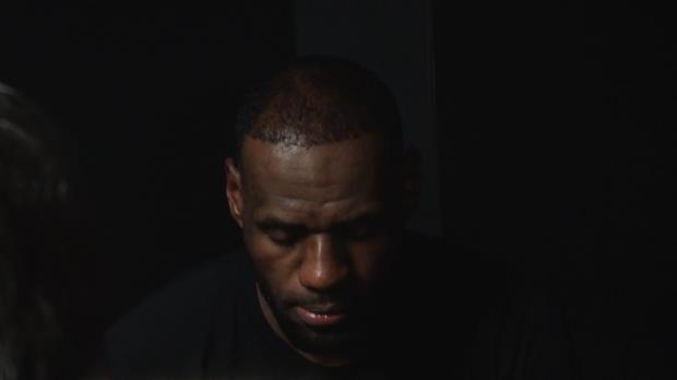 LeBron James, prácticamente dormido, atiende a los medios