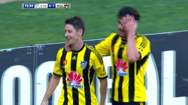 L'attaquant de Wellington Phoenix, Nathan Burns, n'a eu besoin de personne pour s'en aller marquer son but lors de la victoire de son équipe contre Sydney FC (2-0) en A-League.