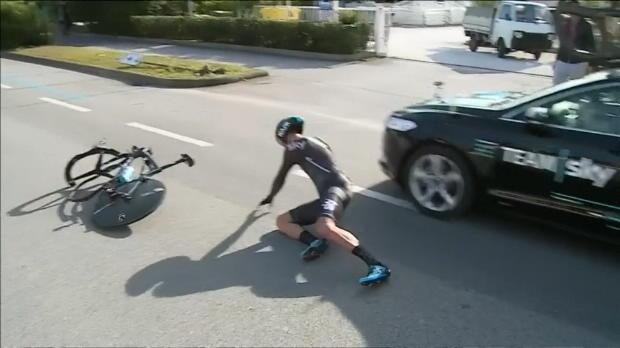 Tirreno-Adriático: Gianni Moscon (Sky) besa el asfalto