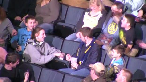 Eishockey: Frau mit verrücktem Kiss-Cam-Antrag