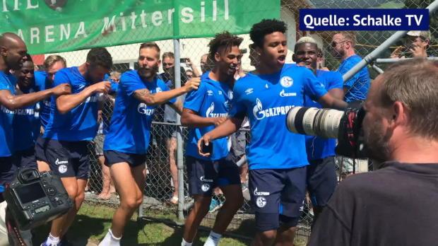 Schalke-Profis feiern Di Santo nach Fan-Pöbelei