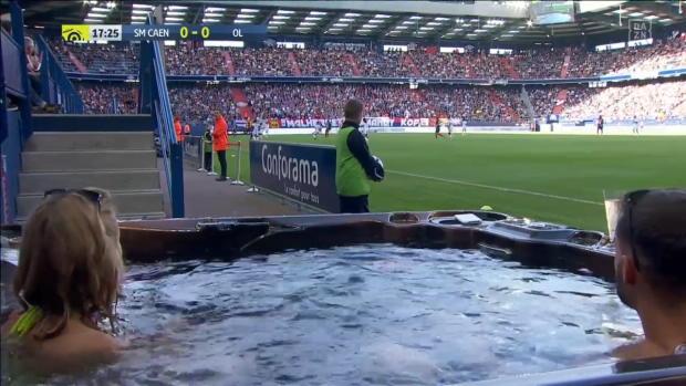 Ligue 1: Entspannender Fußball-Fansitz im Whirlpool