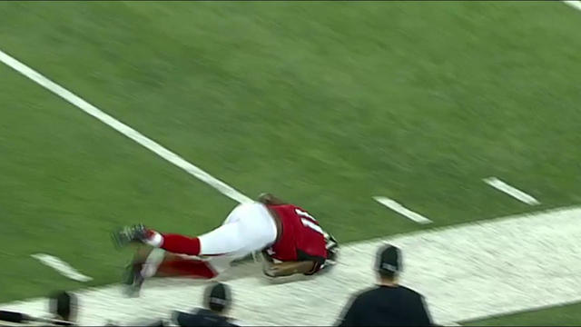 Jones pulls in diving catch near sideline for 20 yards