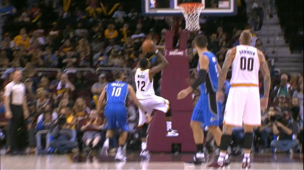 Basket : NBA - L'action qui tue - McRae claque un gros dunk !