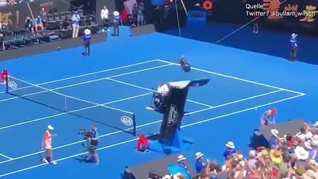 Spidercam kollidiert mit Schiedsrichterstuhl   AO Viral
