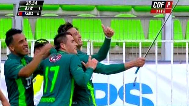 Roberto Gutierrez a filmé la célébration de son but après avoir pris la caméra d'un journaliste. Le joueur de Santiago Wanderers qui a marqué un doublé contre San Marcos, en est déja à 10 réalisations cette saison dans le championnat du Chili.