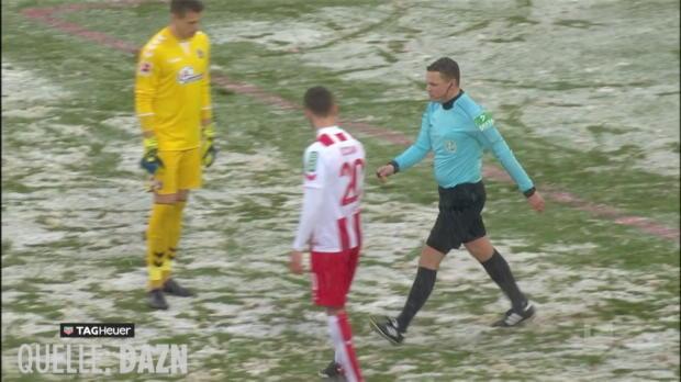 Wie auf dem Bolzplatz - Schiri misst Elferpunkt selbst aus - Bundesliga-News
