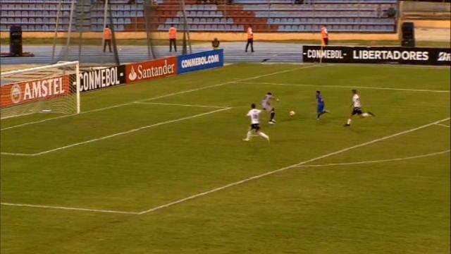 لقطة: كرة قدم: فيلاسكيز يصطدم بقائم المرمى