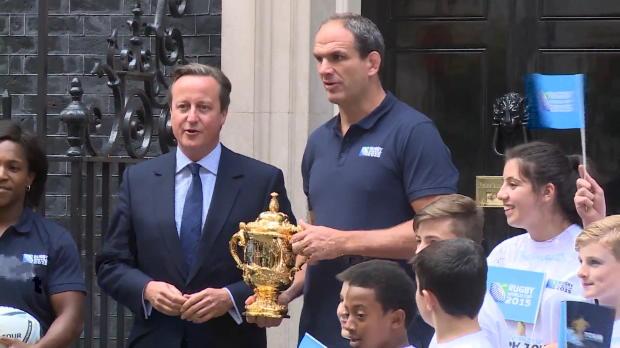 CdM2015 - Le troph�e Webb Ellis arrive � Downing Street