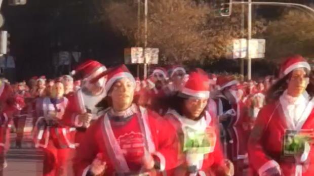 Course à pied - Déguisés en Père Noël, ils participent à la 'Santa Run' de Madrid