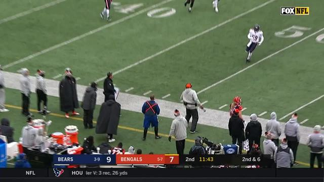 Bengals staffer makes one-handed catch on sideline