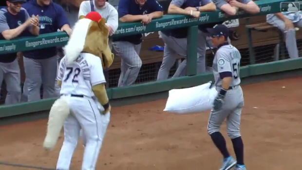 MLB: Maskottchen fordert Spieler zur Kissenschlacht