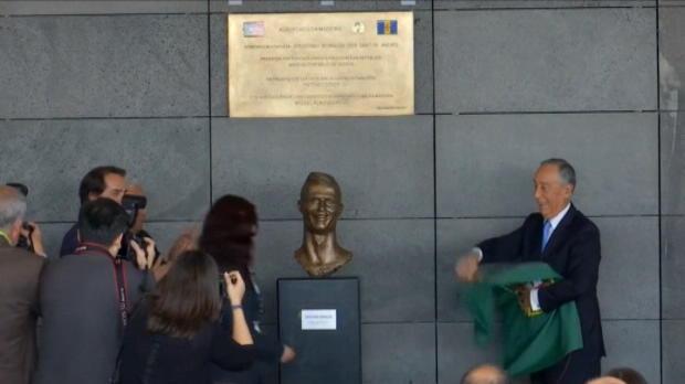 لقطة: كرة قدم: الكشف عن تمثال لرونالدو مع إعادة تسمية المطار باسمه