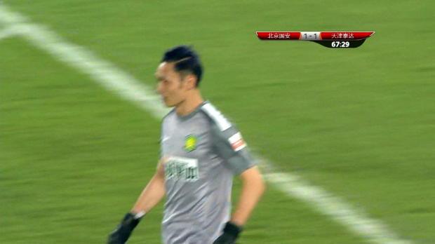 On pourrait penser que Yang Zhi, gardien de but du Beijing Guoan, n'a pas vraiment choisi son poste. Le dernier rempart de ce club chinois a eu des envies de folie et de dribbles face à Tianjin. Parti balle au pied vers l'avant, il s'est vite fait rattrapé mais son équipe s'est imposée (2-1).