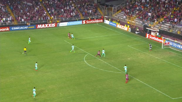 Concacaf Champions League - David Ramirez (Saprissa) intenta una genialidad