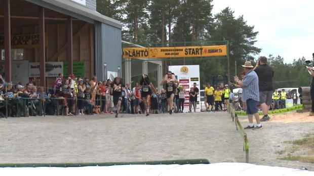 Ehefrauen-Tragen! Verrückte WM in Finnland