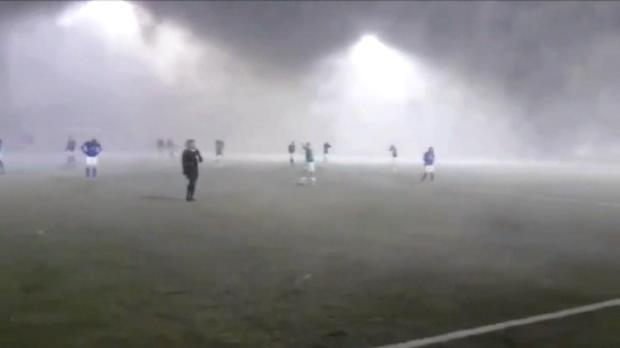 لقطة: كرة قدم: الرياح تثير الفوضى في كأس الدوري الإيسلندي