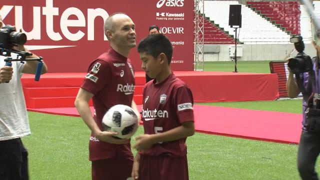 Fans greet Vissel Kobe's new legendary recruit Andres Iniesta Thumbnail
