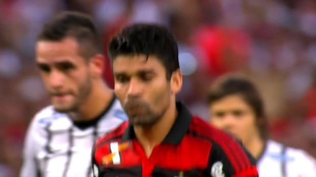 Foot : Brésil - Eduardo rate un penalty au Maracana