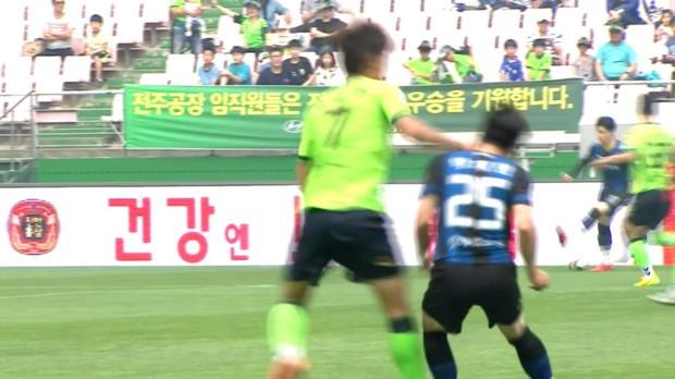 K-League: Ganz böse! Spieler boxt Gegner um