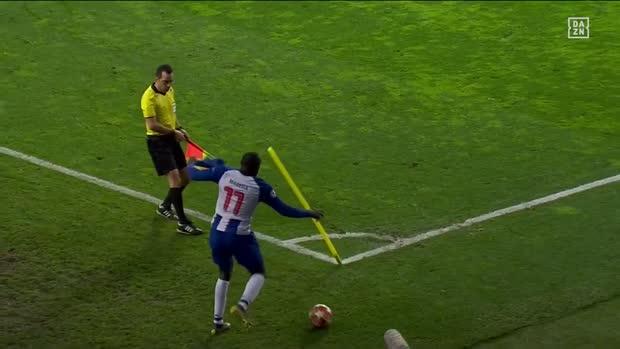 Kampf an der Eckfahne! Erst Fahne weg, dann umgetreten   UEFA Champions League Viral