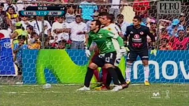 Le gardien de l'Universitario, Jose Carvallo, pensait bien faire lorsqu'à la 93e minute il est monté sur un corner alors que sa formation était menée 1-0 par Leon de Huanuco. Pas vraiment, au lieu de marquer comme dans le scénario idéal, le portier ågé de 28 ans a vu Leon lancer un contre meurtrier qui leur a permis de marquer et l'emporter 2-0.