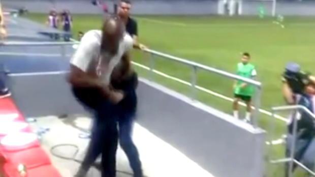 U23: Costa-Rica-Trainer lässt Fäuste sprechen