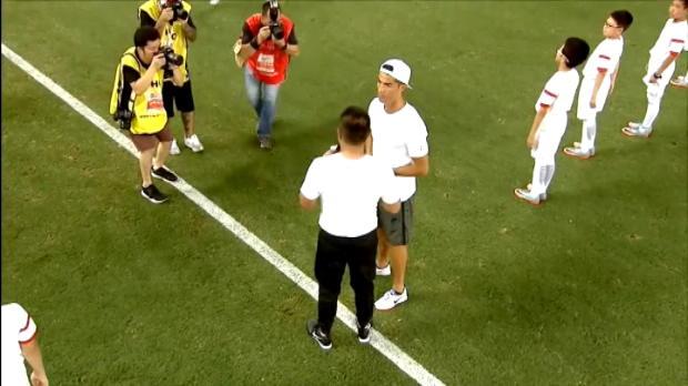لقطة: كرة قدم: رونالدو يلقى استقبال الأبطال في شنغهاي ستاديوم
