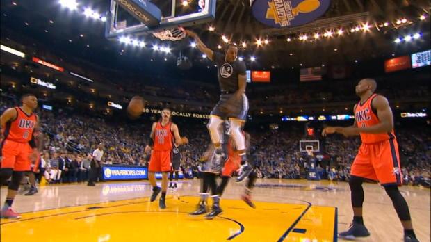 Basket : NBA - L'action qui tue - Iguodala claque le dunk de la nuit