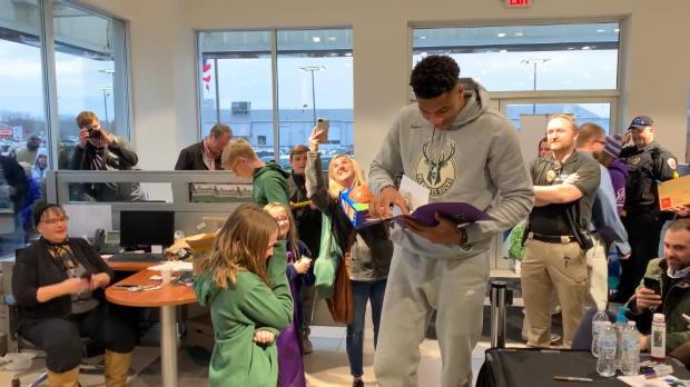 Basket : NBA - Quand Giannis Antetokounmpo fait le bonheur d'une jeune fan
