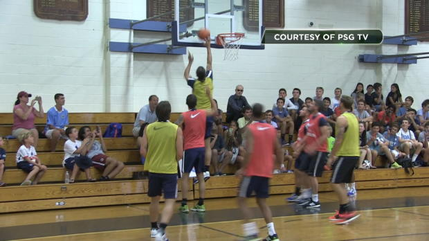 PSG - Ibra montre ses talents de basketteur