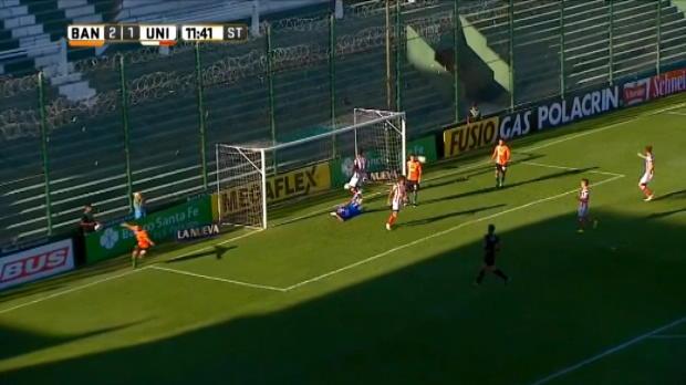 لقطة: كرة قدم: هدف لبانفيلد عقب فرصة مهدرة بشكل غريب أمام المرمى