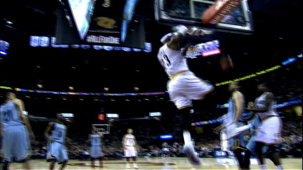 Cavs - Le dunk rageur de LeBron James !
