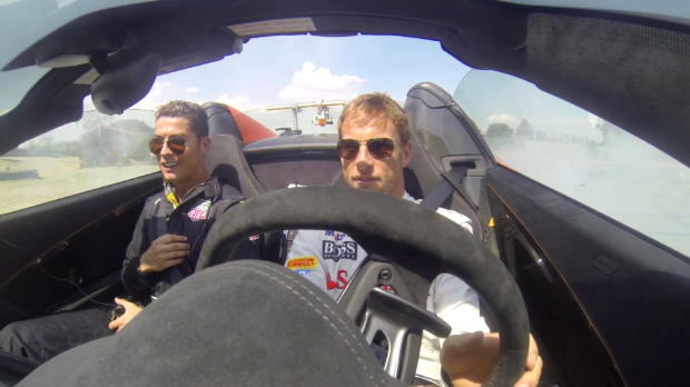 Le champion 2009 de Formule 1, Jenson Button, a emmené le dernier Ballon d'or Cristiano Ronaldo pour faire des freins à main au volant d'une 650S Spider sur le circuit de Jarama en Espagne.