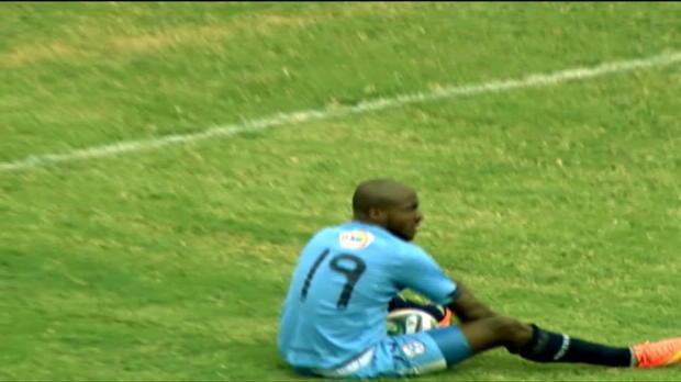 Miller Castillo est tombé tout seul, sans l'aide de défenseur, mais a réussi à obtenir un penalty. La décision de l'arbitre n'a même pas été contestée par les joueurs de Loja, qui se sont lourdement inclinés face à Manta dans ce match de première division équatorienne (3-0).