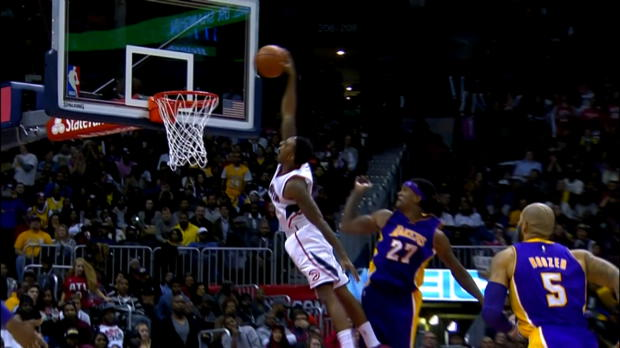 Basket : NBA - Hawks - Le dunk monstrueux de Teague face aux Lakers