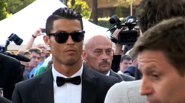 Elu joueur de l'année UEFA, Cristiano Ronaldo a fait une entrée remarquée au Grimaldi forum de Monaco ce jeudi avant de recevoir son prix.