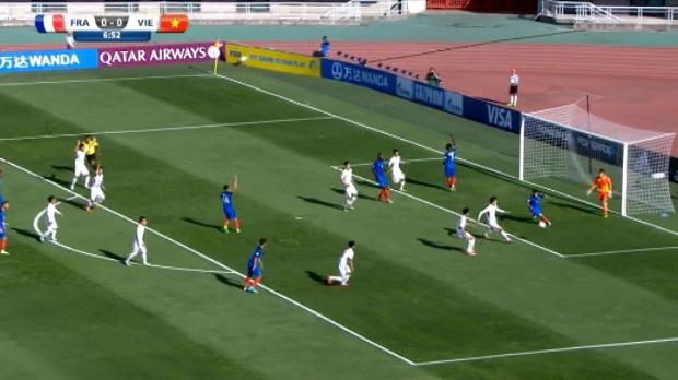 لقطة: كرة قدم: ركلة جزاء اوغوستان الهزليّة كادت ان تتسبب بهدف عكسيّ
