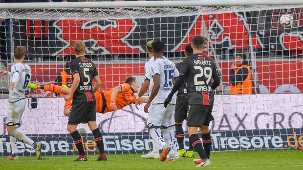 Nelson schlenzte den Ball mit Wucht und Präzision genau in den rechten Winke.Die schönsten Tore vom Bundesliga-Wochenende